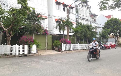 Xây hàng rào trên vỉa hè (đường số 10, phường Hiệp Bình Chánh, quận Thủ Đức, TP HCM)