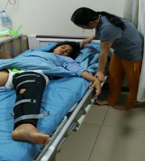 Chị Xuân chăm con đang điều trị ở Bệnh viện Đa khoa tỉnh Đồng Nai Ảnh: THẬN NGUYỄN