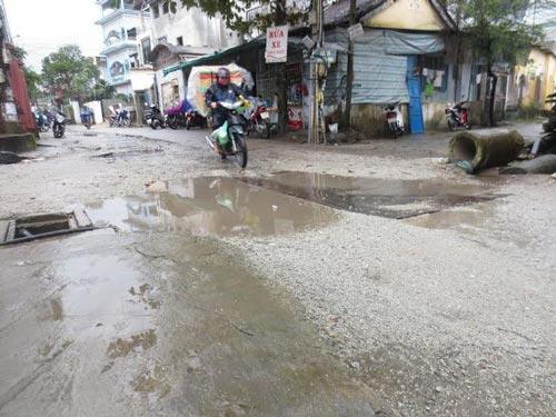 Những tấm sắt được sử dụng để che hố sâu trên đường cho các phương tiện qua lại