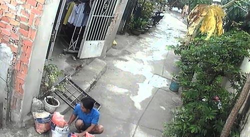 Ông Hiền lấy bao đất chắn lối đi, không cho xe máy qua lại con hẻm 164B Tân Nhiễu