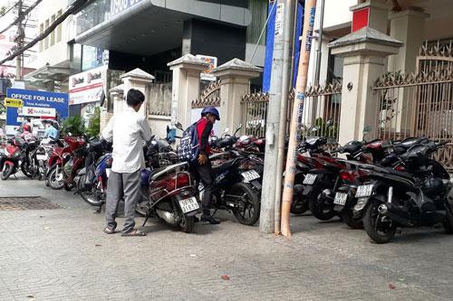 Vỉa hè trước UBND phường Đa Kao (đường Nguyễn Đình Chiểu, quận 1, TP HCM) được trưng dụng làm chỗ để xe máy. Ảnh: Hoài Thiệu