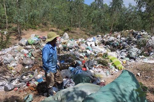 Chỉ sau 1 ngày, bãi rác tạm thời ở phường Ninh Hiệp đã chất đầy rác