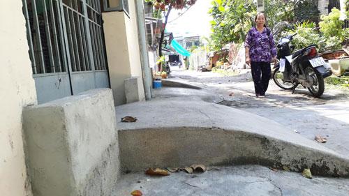 Người dân ở hẻm 112/46 Bùi Quang Là, phường 12, quận Gò Vấp, TP HCM phải xây gờ cao 40 cm để chống ngập Ảnh: SỸ ĐÔNG