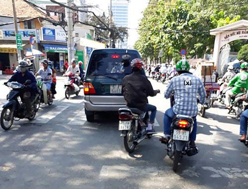 """Một đối tượng dàn cảnh cướp xe (x) và bị """"hiệp sĩ"""" truy bắt ngày 23-11-2016 trên đường Kỳ Đồng, quận 3, TP HCM Ảnh: LÊ PHONG"""
