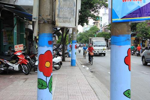 Có nên vẽ hoa cho cột điện? - Ảnh 1.