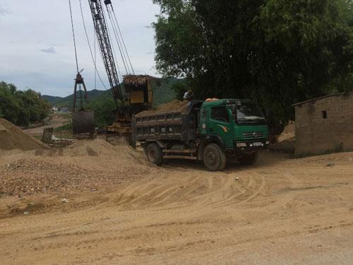 Ngang nhiên khai thác cát ở sông Gianh - Ảnh 1.