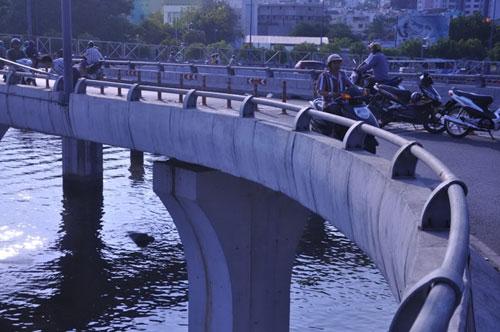 Nhiều đoạn lan can cầu Nguyễn Văn Cừ được thiết kế khá thấp