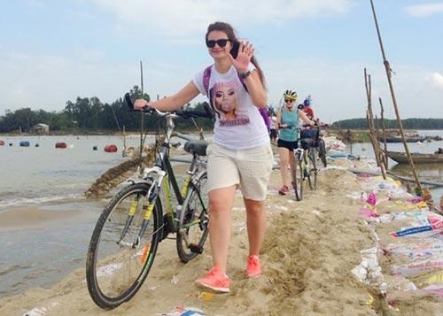 Con đường hoàn thành giúp thôn Đông Bình thoát cảnh ốc đảo Ảnh: HẢI MINH