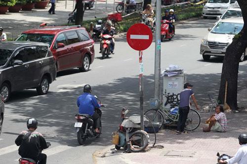 Người đi xe máy đi vào đường ngược chiều (ảnh chụp sáng 11-4)