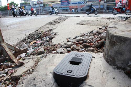 Đồng hồ nước được di dời ra ngoài nhà người dân ở Quốc lộ 13, phường Hiệp Bình Chánh, quận Thủ Đức, TP HCM