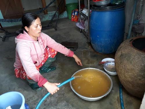 Trả tiền nước sạch, xài nước bẩn - Ảnh 1.