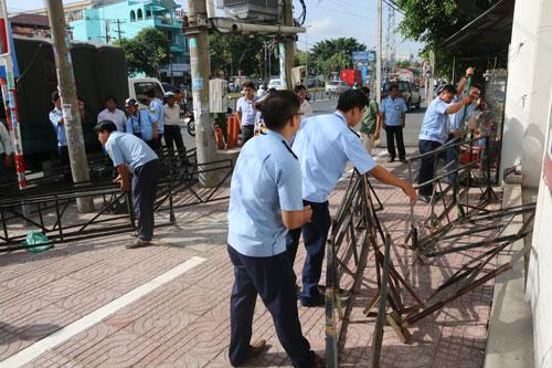 Đoàn công tác quận Bình Tân xử lý nhiều trường hợp lấn chiếm vỉa hè vào ngày 23-2
