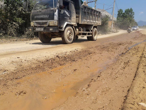 Đường DT 601 bị xe tải cày nát