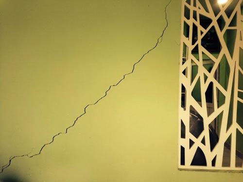 Vết nứt dọc phòng khách nhà ông Đệ