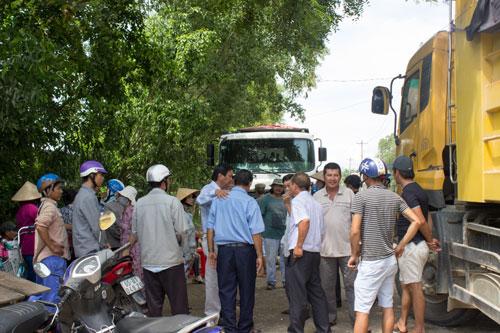 Người dân lại mang đá chặn xe tải - Ảnh 1.