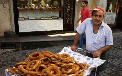 """Istanbul, Thổ Nhĩ Kỳ: Istiklal Caddesi được coi như """"trái tim và dạ dày"""" của Istanbul với rất nhiều các món ăn đường phố. Món ăn nổi tiếng ở đây là bánh bagel có rắc vừng và chấm mật, ăn nóng khi vừa ra khỏi lò."""