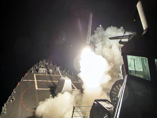 Tên lửa Tomahawk phóng từ tàu khu trục Mỹ USS Ross tấn công căn cứ không quân al-Shayrat rạng sáng 7-4 Ảnh: REUTERS