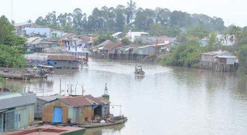 Dù được cảnh báo nguy cơ sạt lở nhưng nhà dân vẫn mọc lên san sát bên bờ kênh Ông Chưởng Ảnh: THỐT NỐT