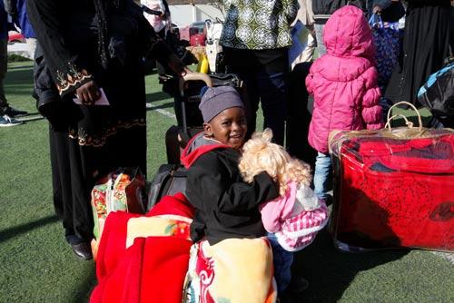 Cậu bé châu Phi này cùng gia đình chờ bị trục xuất tại sân bay quốc tế Mitiga ở Đông Tripoli - Libya hôm 29-12-2016Ảnh: REUTERS