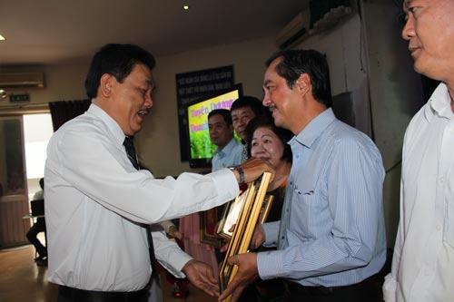 Ông Dương Văn Nhân, Chủ tịch LĐLĐ quận 11, trao biểu trưng cho doanh nghiệp chăm lo tốt cho người lao động Ảnh: THANH NGA