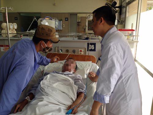 Một ca cấp cứu vì ngộ độc rượu ngâm tại Bệnh viện Bạch Mai (Hà Nội)