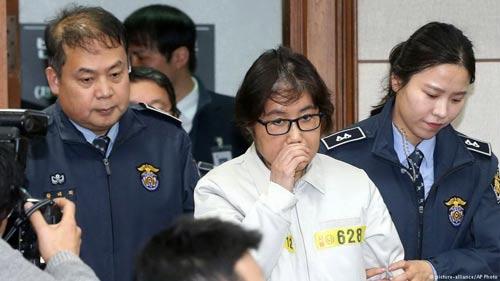 Nghi can Choi Soon-sil (áo trắng) đang chờ ngày ra tòa lãnh án Ảnh: AP