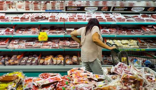 Thịt bò, gà đông lạnh bày bán trong siêu thị Brazil hôm 17-3 Ảnh: REUTERS