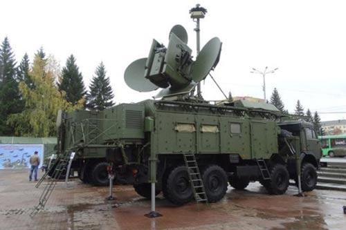 Tổ hợp tác chiến điện tử Krasuha-4 đã có mặt hơn một năm nay tại căn cứ không quân Nga Hmeimim ở Syria Ảnh: WAKALA NEWS