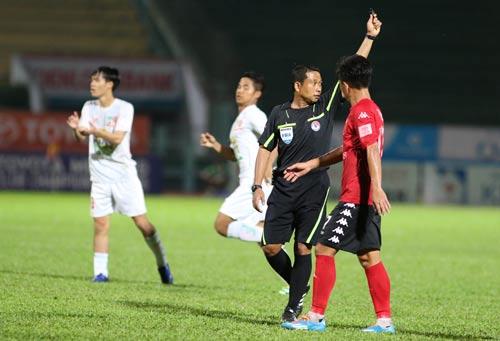 Trọng tài Thái Lan Teetichai Nualjian cầm còi trận Long An thua HAGL 2-3 có liên quan đến cuộc chiến trụ hạng cuối mùa 2016. Hiện mới đầu mùa 2017 nên VPF chưa bàn chuyện thuê trọng tài ngoại Ảnh: QUANG LIÊM