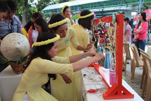 Chương trình cắm hoa bán đấu giá gây quỹ chăm lo cho con CNVC-LĐ do LĐLĐ quận 5, TP HCM tổ chức