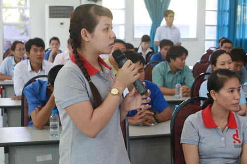 Công nhân bày tỏ nguyện vọng tại buổi gặp gỡ, tiếp xúc đoàn đại biểu HĐND TP HCM