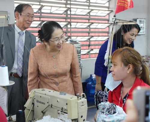 Bà Võ Thị Dung, Phó Bí thư Thành ủy TP HCM, thăm hỏi công nhân Công ty TNHH Doolim Bình Chánh Factory