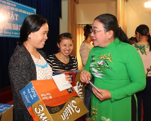 Bà Nguyễn Thị Bích Thủy, Phó Chủ tịch LĐLĐ TP HCM, hỏi thăm sức khỏe chị Lê Phạm Thị Tam Xuân