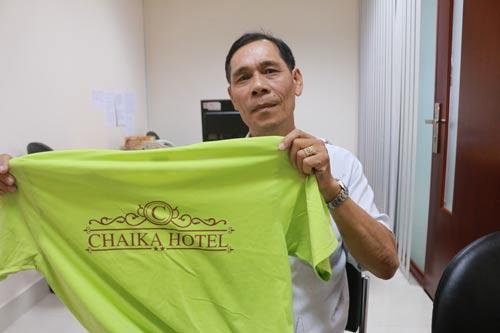 Ông Tô Thành Phúc với chiếc áo - chứng cứ cho thấy ông làm việc tại khách sạn Chaika