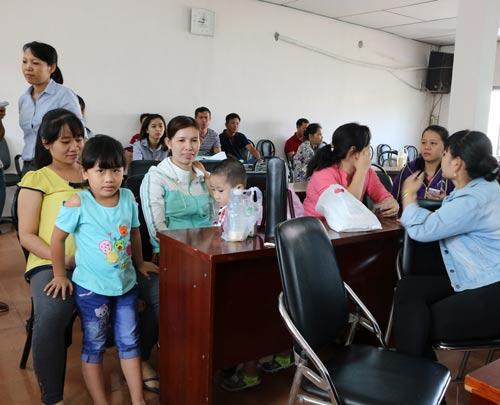 Công nhân chờ làm thủ tục nhận lương tại LĐLĐ huyện Củ Chi, TP HCM