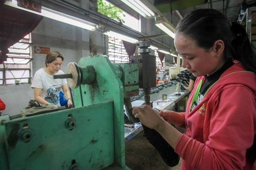 Giảm lương hưu lao động nữ: Chính sách thụt lùi - Ảnh 1.