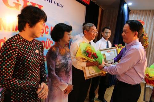 Ông Kiều Ngọc Vũ, Phó Chủ tịch LĐLĐ TP HCM, trao giấy khen cho các gương điển hình trong học tập và làm theo Bác tại Tổng Công ty Cấp nước Sài Gòn (SAWACO)
