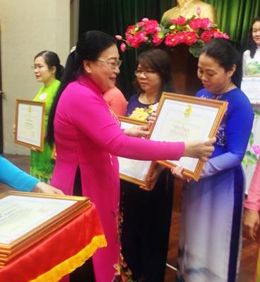 Bà Nguyễn Thị Bích Thủy, Phó Chủ tịch LĐLĐ TP HCM, trao bằng khen cho các tập thể