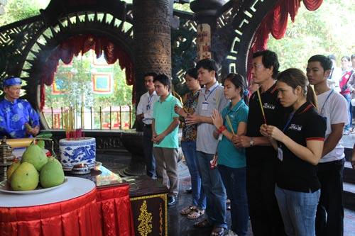 Công nhân tham gia dâng hương tưởng nhớ các Vua Hùng tại Khu Du lịch Văn hóa Suối Tiên