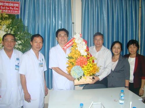 Ông Trần Thanh Hải (thứ ba từ phải qua), Phó Chủ tịch Thường trực Tổng LĐLĐ Việt Nam, tặng quà cho CNVC-LĐ Bệnh viện Ung bướu TP HCM