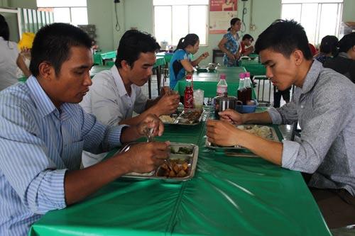 Công nhân Công ty CP APT (KCN Tân Tạo, quận Bình Tân, TP HCM) trong giờ ăn trưa