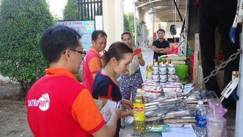 Công nhân ở trọ tại xã Lê Minh Xuân, huyện Bình Chánh, TP HCM mua hàng bình ổn giá