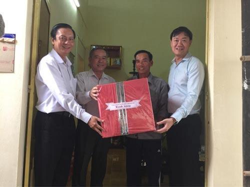 Đại diện Công đoàn Viên chức TP HCM, tặng nhà tình thương cho dân xã Phước Kiển, huyện Nhà Bè, TP HCM Ảnh: H. Đào