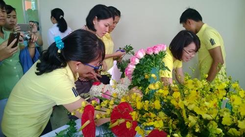 CNVC-LĐ hào hứng tham gia hội thi cắm hoa do LĐLĐ quận Tân Phú, TP HCM tổ chức Ảnh: MAI CHI