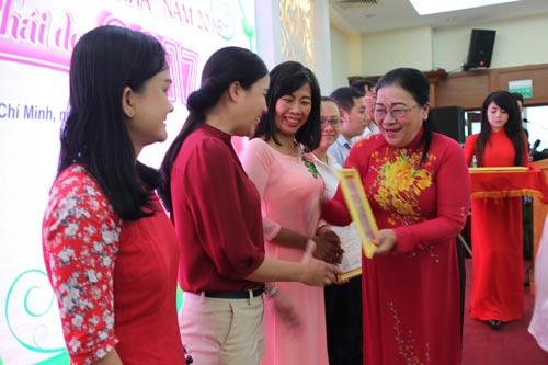 """Các cá nhân đoạt giải cuộc thi viết """"Gương sáng làm theo lời Bác"""" do Công đoàn Viên chức TP HCM tổ chức"""