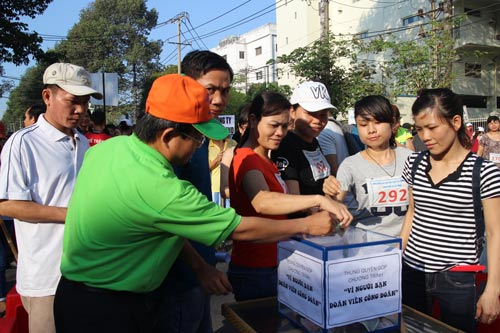 """Công nhân đóng góp cho Quỹ """"Vì người bạn đoàn viên"""" do Công đoàn các KCX-KCN TP HCM phát động Ảnh: NGÂN HÀ"""