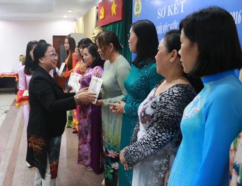 Bà Nguyễn Thị Thu Thảo, Phó trưởng Ban Nữ công LĐLĐ TP HCM, trao bằng khen cho nữ CNVC-LĐ tiêu biểu của quận 4, TP HCM Ảnh: BẠCH ĐẰNG