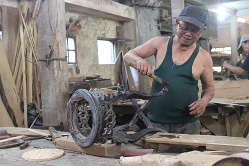 Ông Huỳnh Ri, thợ mộc nổi tiếng của làng mộc Kim Bồng Ảnh: ĐỨC CƯỜNG