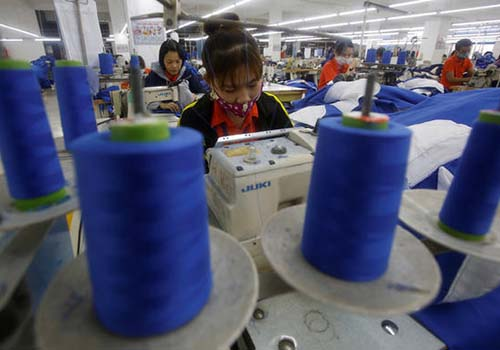 Công nhân may làm việc tại tỉnh Hưng Yên Ảnh: REUTERS