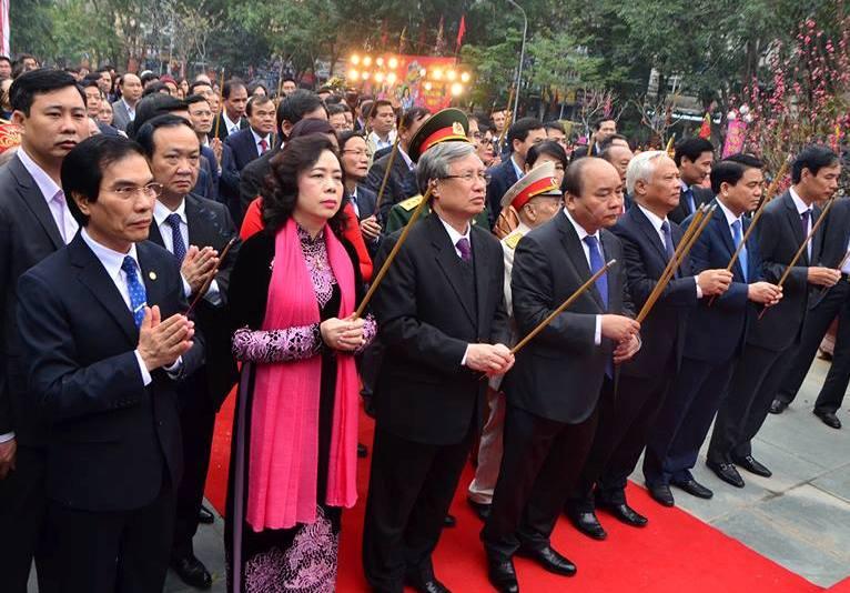 Thủ tướng Nguyễn Xuân Phúc cùng đại diện lãnh đạo các bộ, ngành và TP Hà Nội dâng hương tại Lễ hội Gò Đống Đa